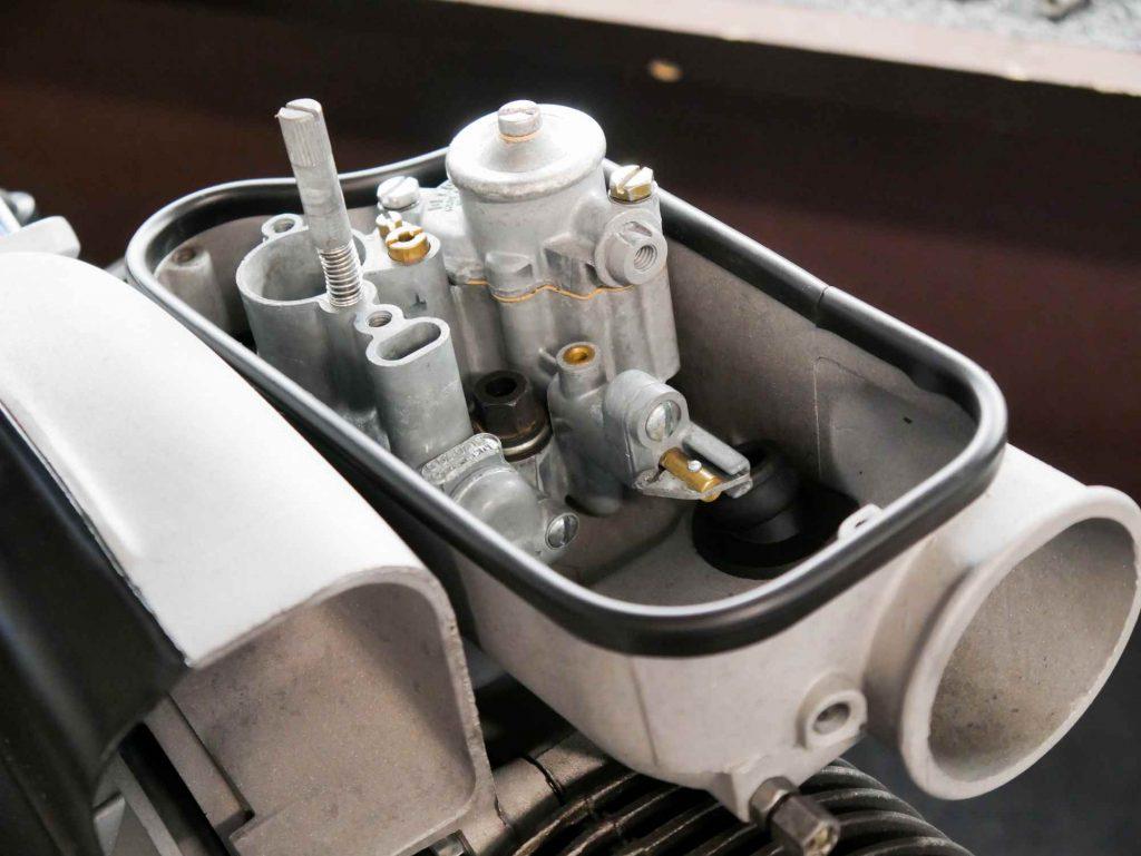 Vergaserwanne mit Vergaser an Vespa 125 TS Motor