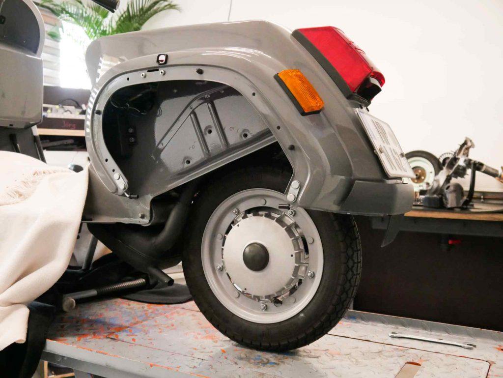 Vespa PK 50 Motor mit Auspuff und Hinterrad in Fahrzeug eingebaut