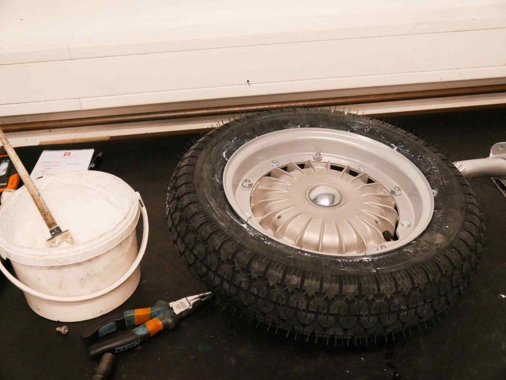 Neuer Reifen mit Felge an Vespa GS 4 Schwinge