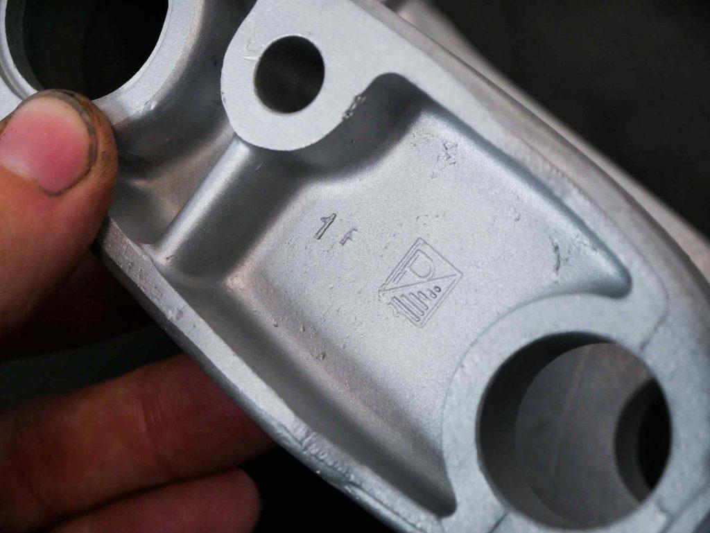 Piaggio Logo an Schwingenkörper Vespa GS 4 Schwinge gestrahlt