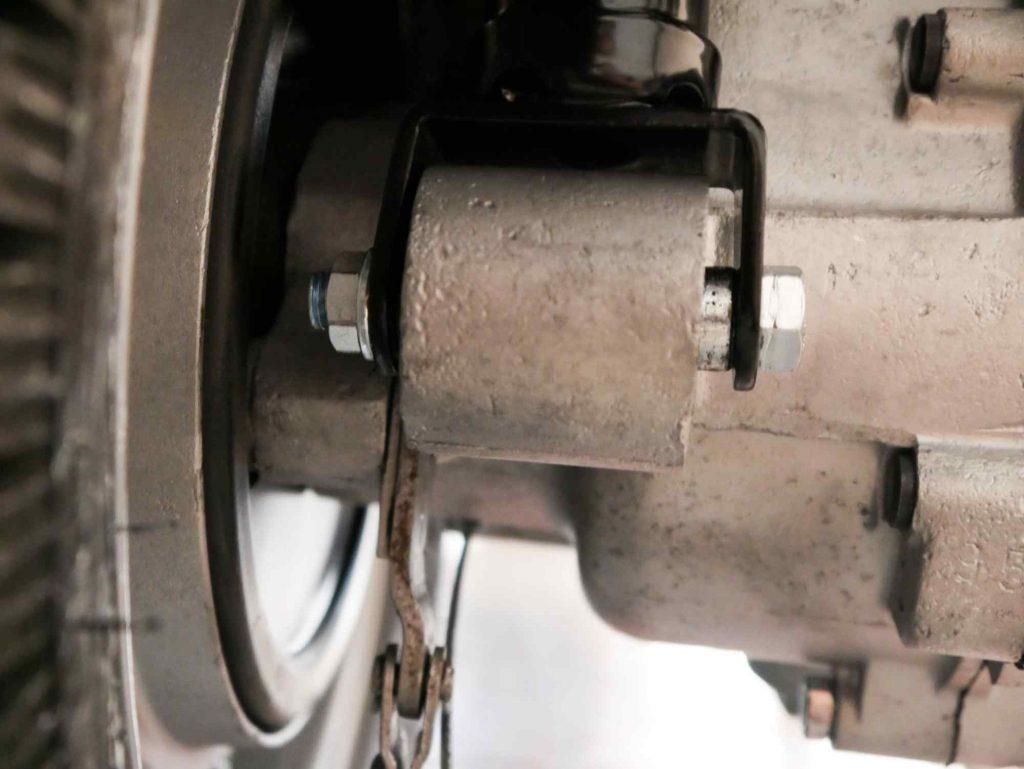 Stoßdämpfer an Motor Vespa 160 GS