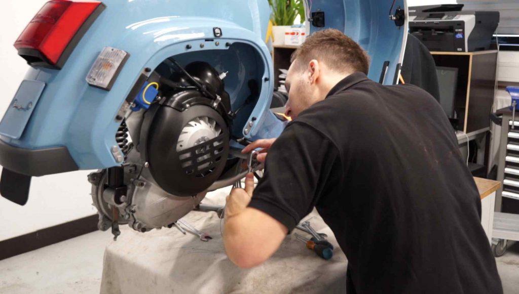 Bolzen Motor vorne festschrauben Vespa