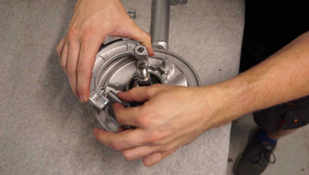 Bremsbeläge mit Feder einbauen Vespa PK Vorderrad Schwinge