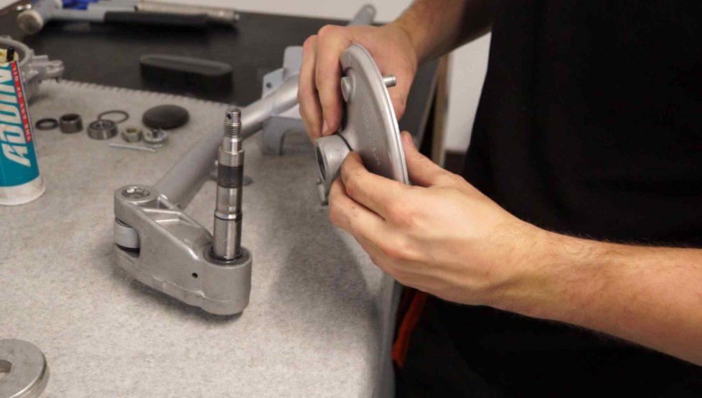 Bremsgrundplatte mit O-Ring auf Schwinge setzen