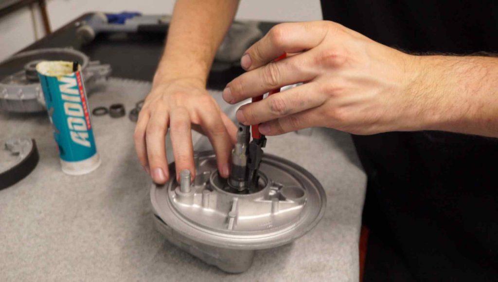 Bremsgrundplatte sichern Vespa Schwinge