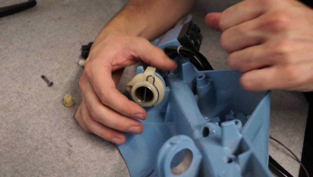 Gasrolle mit Splint an Gasrohr im Lenker Vespa PK