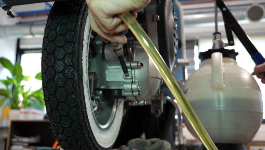Getriebeöl Vespa PK einfüllen