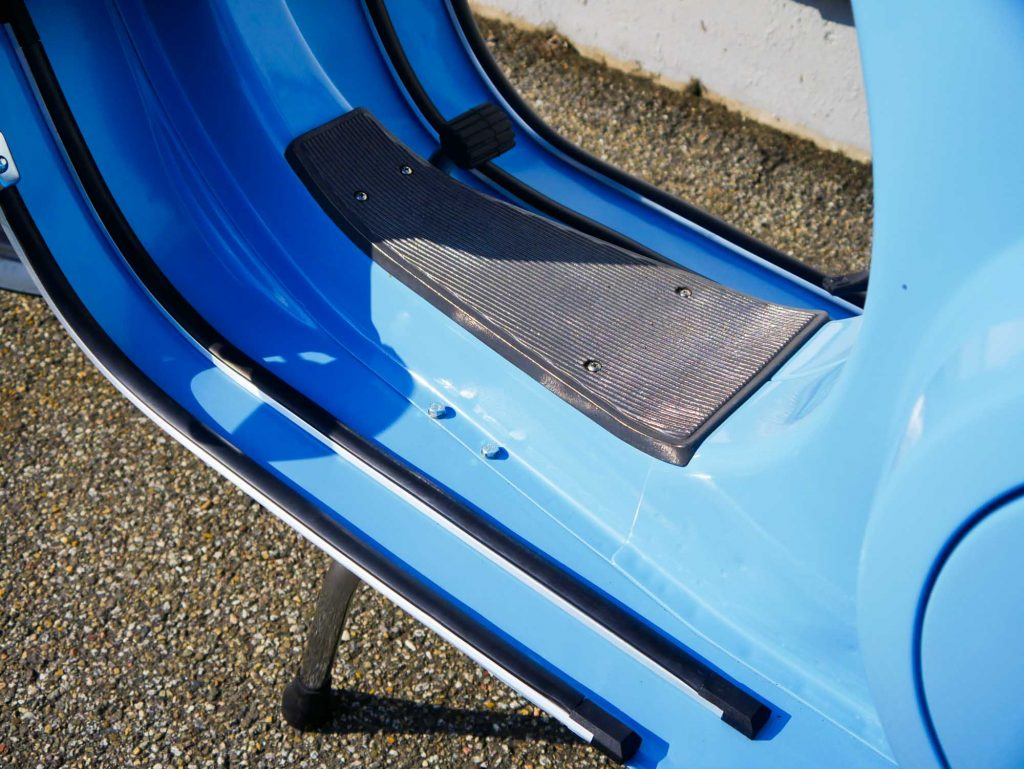 Trittleisten Trittbrett an blauer Vespa PK 50