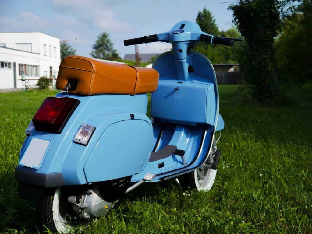 Vespa PK 50 schräg hinten rechts pastellblau