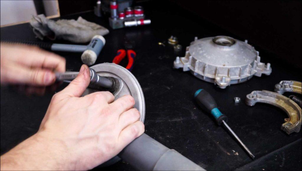 Vespa PK Schwinge Bremshebel ausbauen
