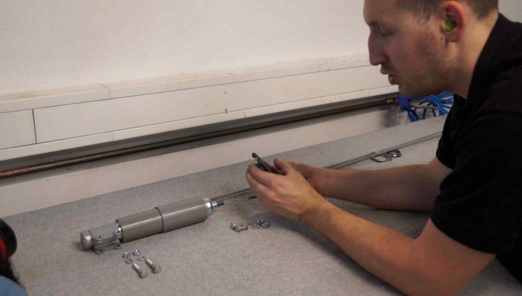 Vespa Stoßdämpfer vorne für die Montage vorbereiten